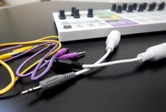 Synthétiseur avec des câbles de correction Images stock