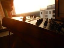 Synthétiseur extérieur avec le coucher du soleil à l'arrière-plan Images libres de droits