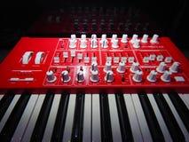 Synthétiseur rouge avec la réflexion sur le fond noir Images stock