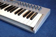 Synth钢琴卷前方视图特写镜头 图库摄影