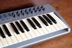 Synth钢琴卷前方视图特写镜头 免版税库存图片