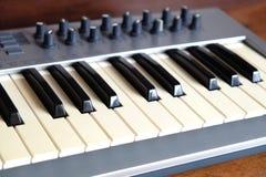 Synth钢琴卷前方视图特写镜头 免版税图库摄影