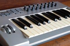 Synth钢琴卷前方视图特写镜头 免版税库存照片