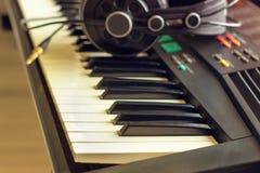 Synth del teclado con los auriculares Imágenes de archivo libres de regalías