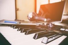 Synth tangentbord i en musikstudio Royaltyfria Bilder