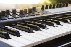 Synthesizer-Tastatur mit Fader und Noten-Auflage stockfotografie
