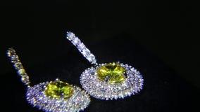 Synthetische diamanten op juwelen 006 stock videobeelden