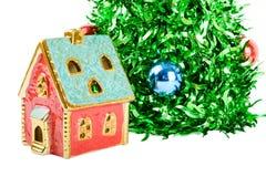 Synthetische Kerstboom met gekleurde ballen op takken stock afbeeldingen