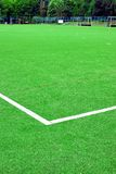 Synthetischer Fußball oder Footbal-Feld Stockfotos