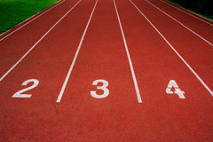 Synthetischer Gummi der roten Laufbahn auf dem athletischen Stadion Stockfoto
