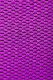 Synthetischer magentaroter Stoff Gitternahaufnahme Makro Stockfoto