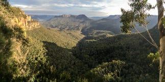 Synvinkel över dalen, blåa berg royaltyfri fotografi
