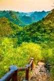 Synvinkel för Halong fjärdberg från Cat Ba Island, Ngu Lam Peak, Vietnam arkivfoton