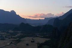 Synvinkel i Vang Vieng, Laos Fotvandra till överkanten av bergen som omger staden och att fly massna av turister royaltyfria bilder