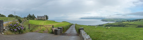 Synvinkel på en kullenord av Cushendun i nordligt - Irland Arkivbilder