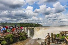 Synvinkel upptill av jäkelhalsen på Iguazu Falls arkivfoto