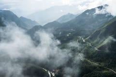 Synvinkelbergskedja högt på dimma i spårvagnen Ton Pass royaltyfri fotografi