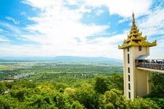 Synvinkeln på den Mandalay kullen är en viktig pilgrimsfärdplats En panoramautsikt av Mandalay av den Mandalay kullen bara gör up royaltyfria bilder