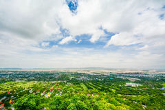 Synvinkeln på den Mandalay kullen är en viktig pilgrimsfärdplats En panoramautsikt av Mandalay uppifrån av den Mandalay kullen royaltyfria foton