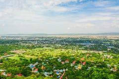 Synvinkeln på den Mandalay kullen är en viktig pilgrimsfärdplats En panoramautsikt av Mandalay uppifrån av den Mandalay kullen arkivbild