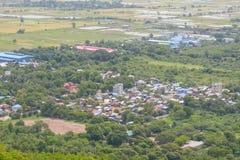 Synvinkeln på den Mandalay kullen är en viktig pilgrimsfärdplats En panoramautsikt av Mandalay uppifrån av den Mandalay kullen royaltyfri fotografi