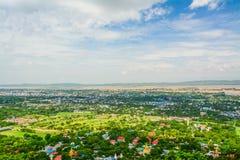 Synvinkeln på den Mandalay kullen är en viktig pilgrimsfärdplats En panoramautsikt av Mandalay uppifrån av den Mandalay kullen royaltyfri bild