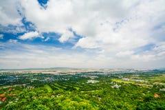 Synvinkeln på den Mandalay kullen är en viktig pilgrimsfärdplats En panoramautsikt av Mandalay uppifrån av den Mandalay kullen arkivfoton