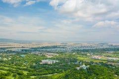 Synvinkeln på den Mandalay kullen är en viktig pilgrimsfärdplats En panoramautsikt av Mandalay uppifrån av den Mandalay kullen arkivbilder