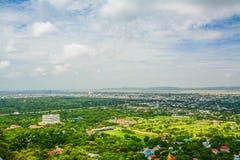 Synvinkeln på den Mandalay kullen är en viktig pilgrimsfärdplats En panoramautsikt av Mandalay uppifrån av den Mandalay kullen royaltyfri foto