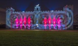 Syon dom iluminujący z jaskrawymi światłami laseru fotografia stock
