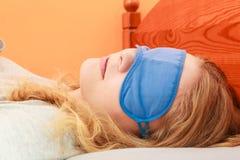 Sypialna kobieta jest ubranym opaska sen maskę Obraz Royalty Free