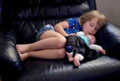 Sypialna mała dziewczynka z lalą Obrazy Royalty Free