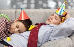 Sypialna para w partyjnych kapeluszy kapeluszach Zdjęcia Royalty Free