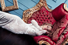 Sypialna piękna blondynki kobieta w ślubnej sukni, mody sztuki pojęcia cudu sen Obraz Stock
