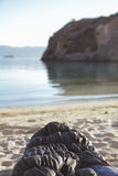 Sypialna torba na plaży Obrazy Royalty Free