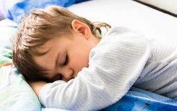 Sypialnego chłopiec syna sen zdrowy odpoczynek ma spoczynkowego dosypianie Zdjęcie Stock