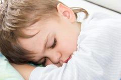 Sypialnego chłopiec syna sen zdrowy odpoczynek ma spoczynkowego dosypianie Zdjęcia Stock