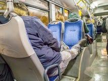 Sypialnego nastolatka młody facet w autobusie obrazy stock