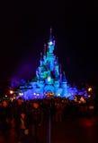 Sypialnego piękna kasztel symbol Disneyland Paryż przy nocą z widokiem głównej ulicy Obraz Stock