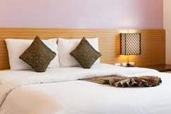 Sypialni dekoracja z białym prześcieradłem i poduszkami Obrazy Royalty Free