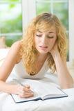 sypialni kobiety writing zdjęcia royalty free