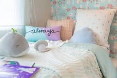 Sypialni piękni dzieciaki z słodkie poduszki i lala obraz stock