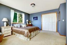 Sypialni wnętrze z marynarki wojennej szafą i ścianami Zdjęcie Stock