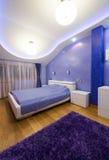 Sypialni wnętrze z nowożytnymi podsufitowymi światłami Obrazy Royalty Free