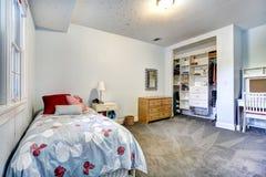 Sypialni wnętrze z otwartą szafą Fotografia Royalty Free