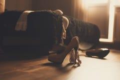 Sypialnia bałagan z bielizną, butami i pończochami, szybki płci pojęcie Płeć po tym jak przyjęcie, szybki płci pojęcie Rozrzucony Obraz Royalty Free