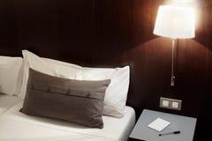 Sypialnia, poduszka i lampa przy nocą, zdjęcie royalty free