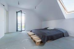 Sypialnia przygotowywająca meblującą zdjęcie stock