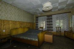 sypialnia w lasowym domu obraz royalty free