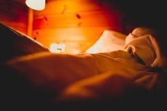 Sypialnia w romantycznej atmosferze Obrazy Royalty Free